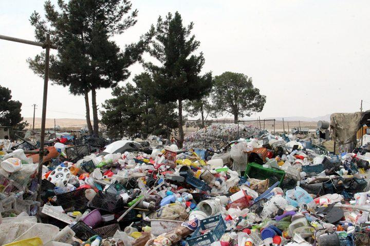عکس| خبرنگاران در محاصره مافیای پلاستیک در کهریزک