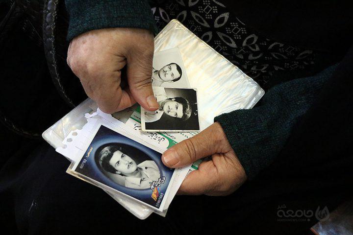 عکس  تجلیل رئیس سازمان مدیریت و برنامه ریزی استان تهران از ۲ مادر شهید