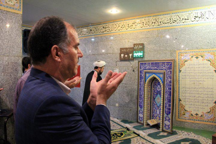عکس| نماز جماعت در مترو تهران