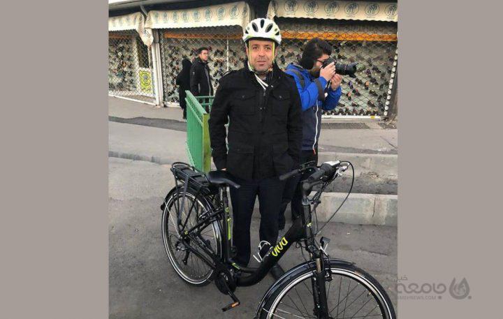 عکس| دوچرخه سواری و لباس خاص مدیرکل محیط زیست شهرداری تهران!